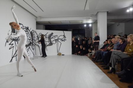 Kuvassa Minna Tervamäki ja Hannaleena Heiska yleisön edessä Berliinissä