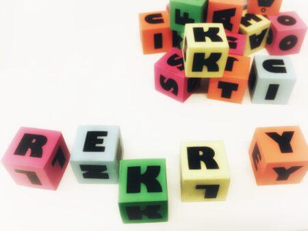 Kuvassa kirjainpalikoista muodostuva rekry-sana