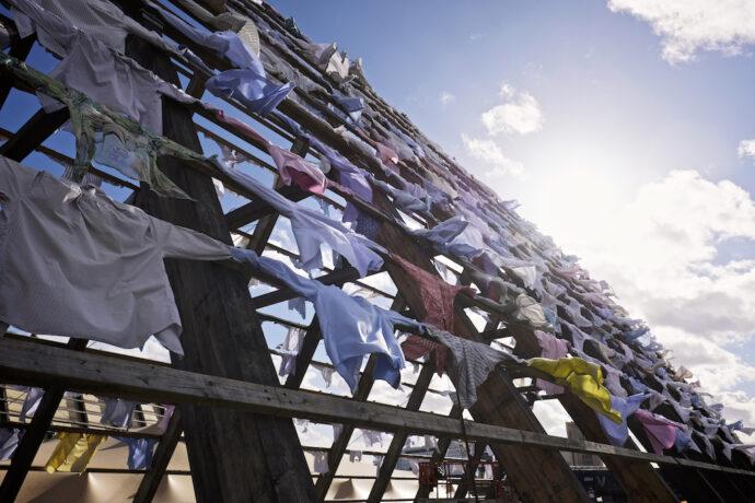 Kuva Kaarina Kaikkosen ympäristötaideteoksesta, jossa valtava määrä käytettyjä paitoja.