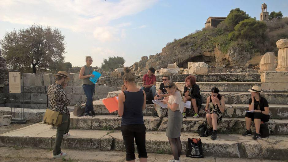 Kuvassa Ateenan instituutin kurssilaisia